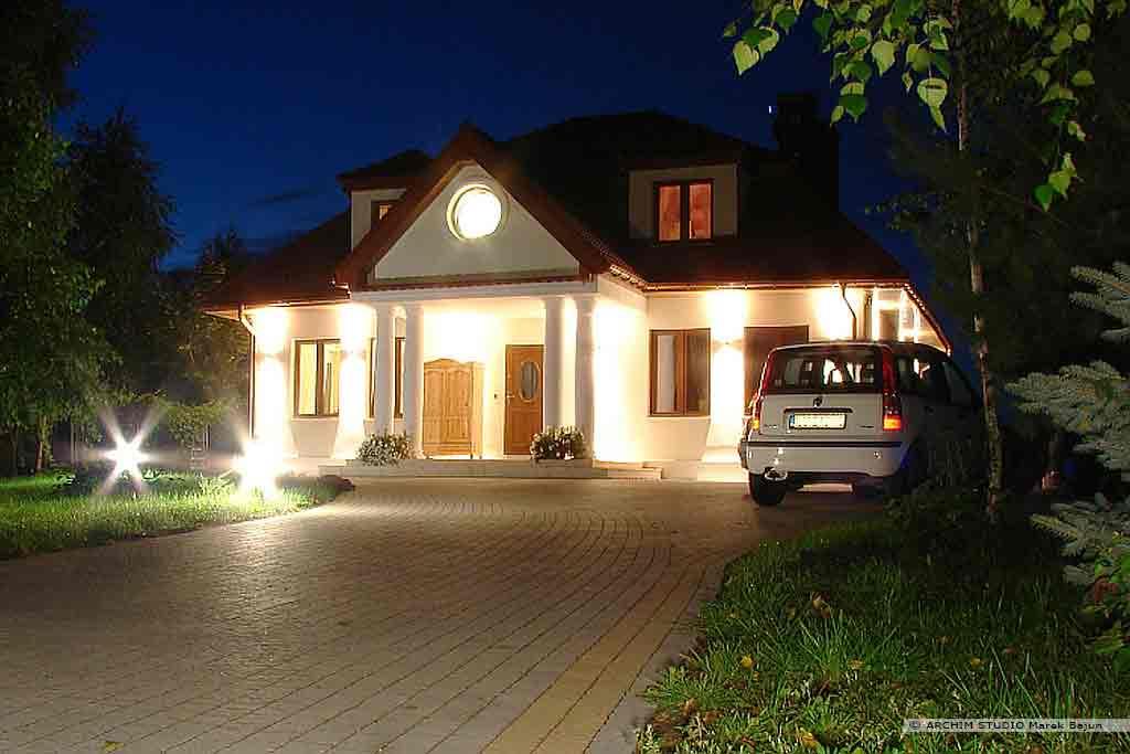 Dom dworek- widok nocny frontu