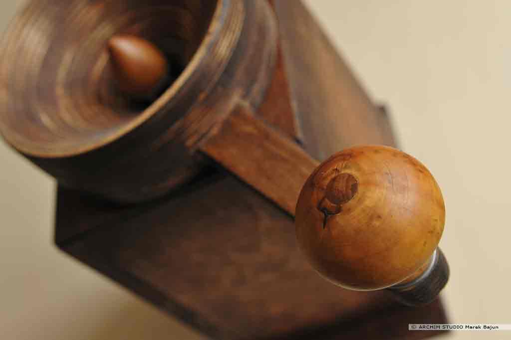 Młynek żarnowy zbożowy- zbliżenie uchwytu korbki