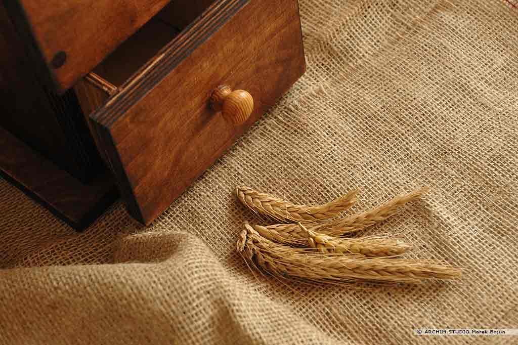 Młynek żarnowy zbożowy- detal z kłosami żyta