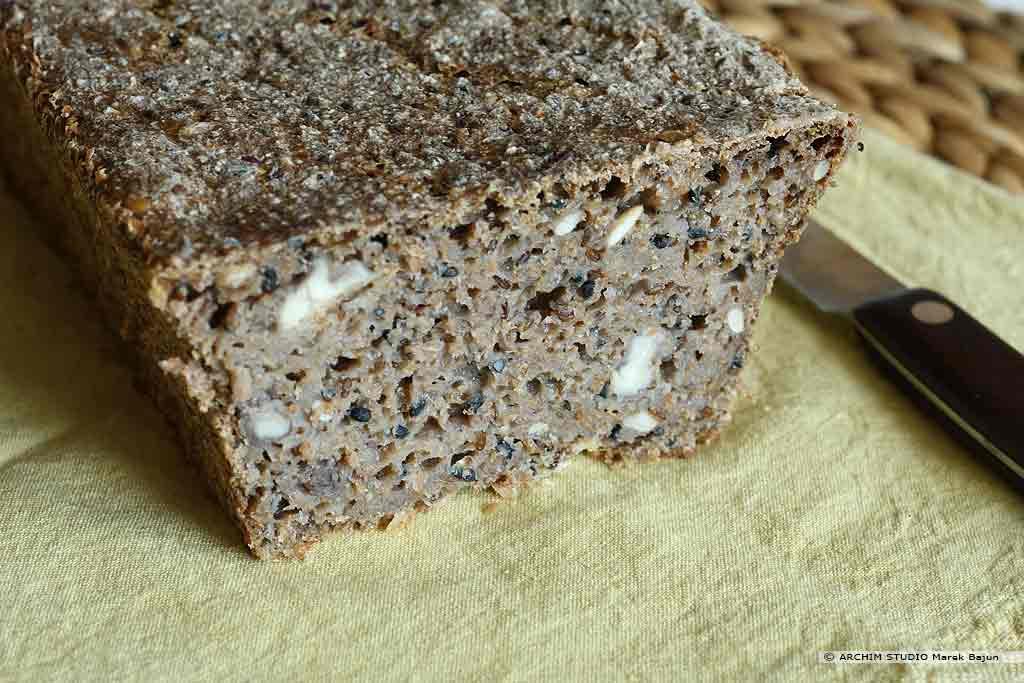 Własny chleb żytni z czarnuszką i orzechami